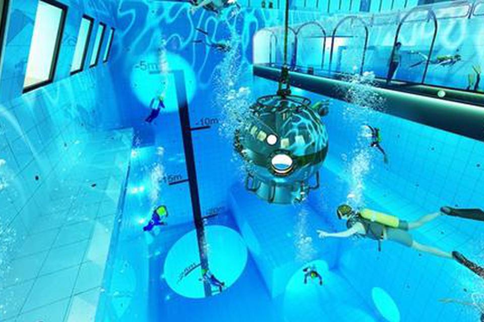 波兰这个泳池深达45米 你跳一个试试?