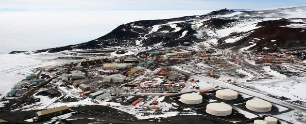 研究人员从麦克默多站出发进行探索,这是一个由美国运营的南极科学研究站。