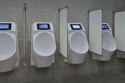 新创公司推出智能小便斗 上厕所也逃不掉广告