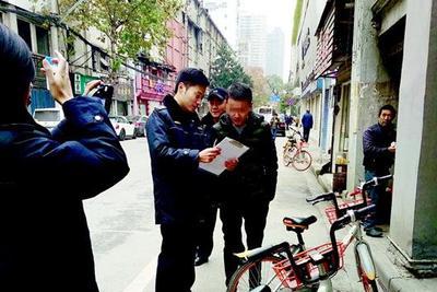 武汉对共享单车乱停放开罚单 10位违章市民昨日领罚