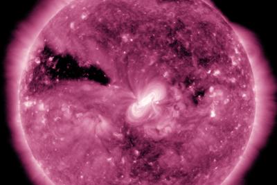 """美翻了!NASA发布从太空拍摄的""""紫色""""日全食画面"""
