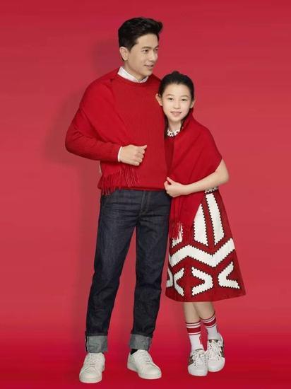 李彦宏与女儿Brenda贺岁写真