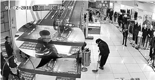小偷(左)现身超市。