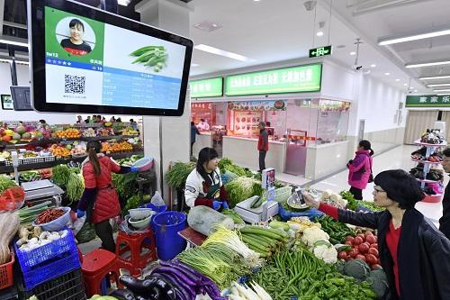 资料图片:2017年11月29日,在合肥瑶海区胜利智能农贸市场,市民在扫码支付。新华社发
