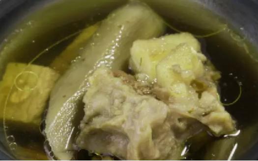 铁锅煮绿的牛蒡汤
