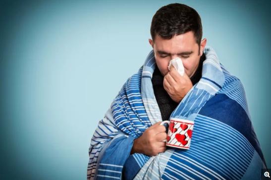 科学家发现男性在应对导致流感或普通感冒的病毒时,表现出来的免疫反应可能更弱于女性,因此男性可能会面临更加严重的症状,甚至会有死亡的风险。