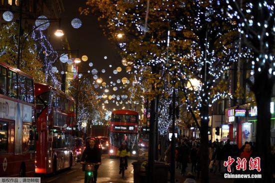 资料图:英国伦敦牛津街头夜景。