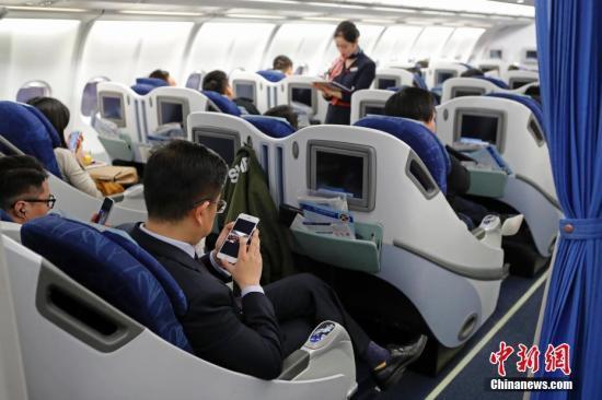 ↑资料图:在东航MU5137航班上,旅客全程在飞行模式下可以使用手机。殷立勤 摄