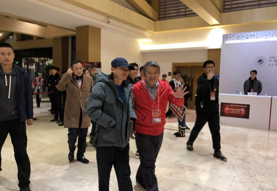 马云在陈东升陪同下现身哈尔滨亚布力论坛。摄影/钱童心