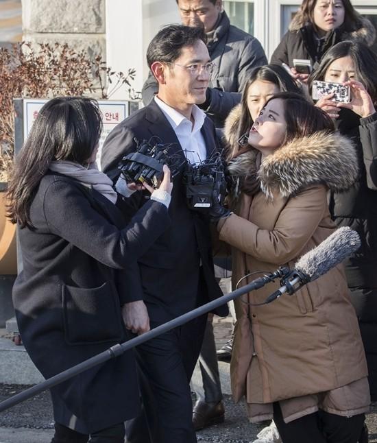 韩国三星电子副会长李在镕在位于韩国仪旺市的拘留所外接受记者采访