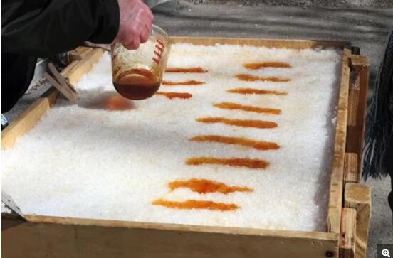 热腾腾的枫糖浆遇上低温的雪花,慢慢凝固,吃的时候糖浆和雪花又在嘴里化开,口感绝佳。