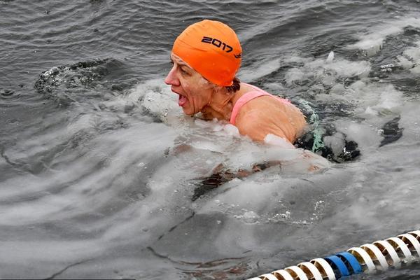 看着都冷!白俄罗斯冬泳比赛河面飘满浮冰