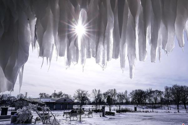 芝加哥遭遇极寒天气 海滩冰柱林立唯美浪漫