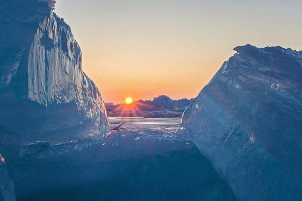 美若仙境!美国密歇根湖现罕见蓝色冰群