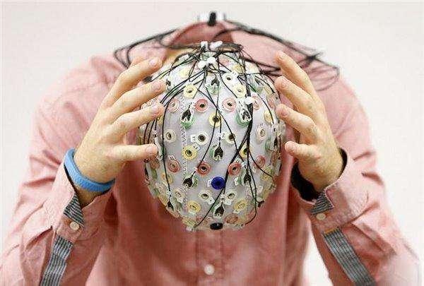 """假设在""""Mindsculpt"""",人类意识上传过程并不涉及摧毁你的生物大脑,当你的大脑在桌子上被扫描和""""转换""""成一个程序之后,你还会在那里吗?"""