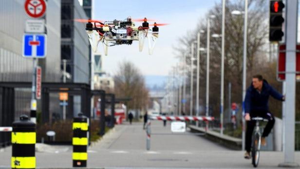 控制算法研发:无人机可模仿自行车和汽车穿越城市