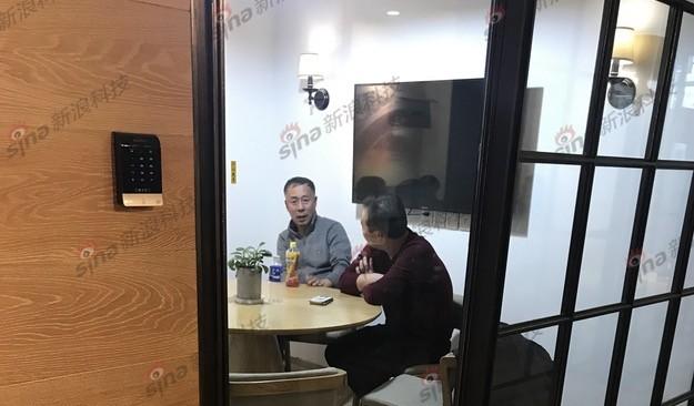 李刚父亲李文生(左)来京与供应商谈判