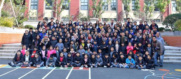 马云同云谷学校的学生、老师们在一起。