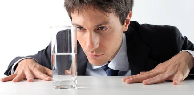 """如果你总想着""""杯子只剩半杯水了"""",也许会更有动力将水添满。"""