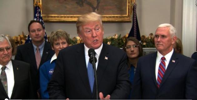 特朗普在白宫宣布新法案的签署,宣称要让美国宇航员重返月球