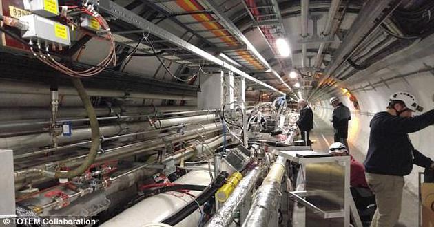 欧洲大型强子对撞机(LHC)的研究人员近日表示,他们发现了一种物理学界搜寻了近50年的神秘粒子可能存在的线索。