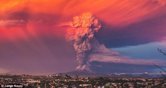 火山爆发分喷溢式和爆炸式两种。前者较为温和,后者则较为剧烈。