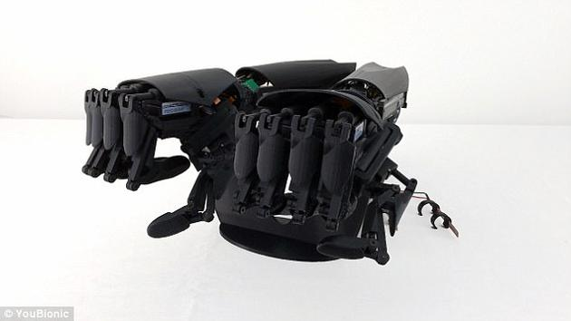 通过移动手指便能控制仿生手臂,使手臂张开和紧攥,公司研发人员表示,仿生手臂能够让人们很容易紧握物体。