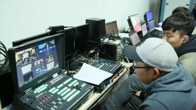 直播技术人员正在忙碌地调试设备