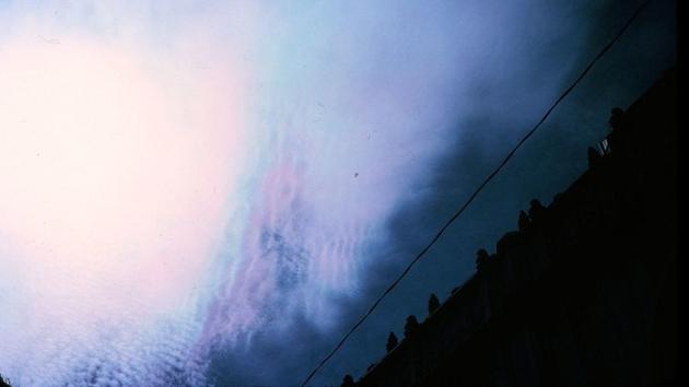 图为一团超低温云呈现的美丽虹彩。