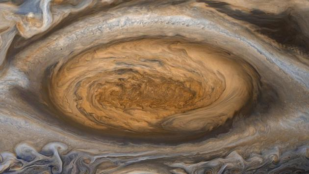 """图中是木星大红斑图像,是1979年7月7日美国宇航局""""航行者2号""""探测器飞越木星表面时拍摄的。"""