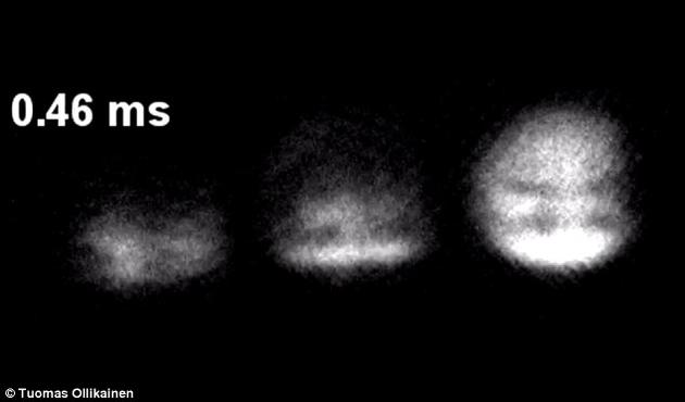 这个三维粒子由玻色-爱因斯坦凝聚体(玻色子原子在冷却到接近绝对零度时所呈现出的一种气态、超流性的物质状态)的自旋场构成的扭结(knots)组成。