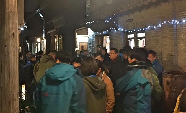 3日晚,丁磊饭局如约而至。而饭局之外聚集了大量媒体记者。中新经纬常涛摄