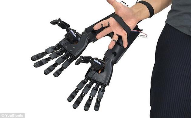 仿生手臂是通过手指上的小型传感器进行控制,同时,一段演示视频显示人们能够自如地捏抓物体,并且每个手指都独立移动。
