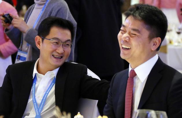▲马化腾和刘强东(资料图,图片来源:视觉中国)
