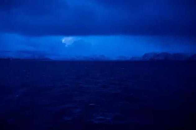 你可以在纬度足够高的南极或北极地区体验到极夜,太阳会在数月时间里一直在地平线以下。北极点的极夜可以持续整整六个月。