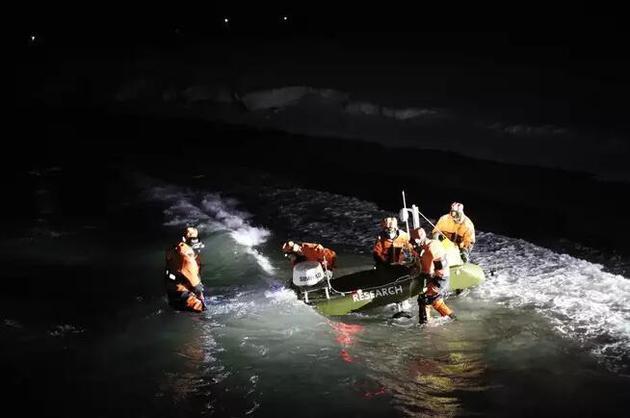 约根·伯奇和同事们用一只自动小船来研究极夜期间光污染对海洋生物的影响。