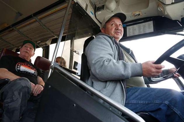 奥克兰的卡车驾校,学员克里斯托弗·马丁内斯正在练习。坐在后面的是他的校友唐尼·派珀。