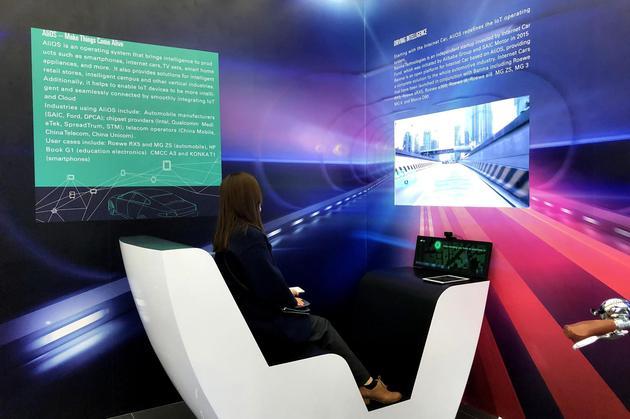 图4:观众用VR技术体验AliOS智联网汽车模拟驾驶舱