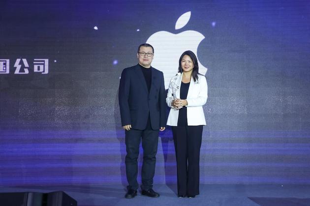 Apple获2017科技风云榜年度最具影响力跨国公司奖,新浪网副总裁邓庆旭(左)为Apple大中华区董事总经理葛越(右)颁奖。