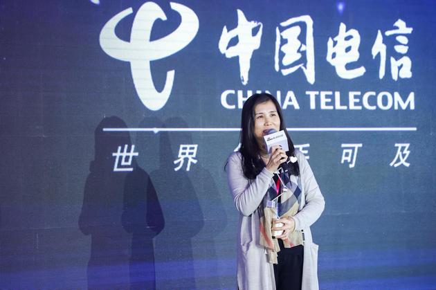 中国电信获2017科技风云榜年度最佳物联创新运营商,中国电信新闻处处长宋桂香发表获奖感言。