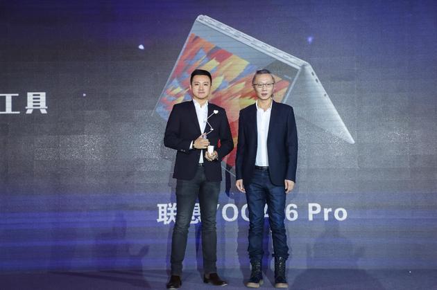 联想中国区YOGA市场推广总监杨铭(左)领奖。