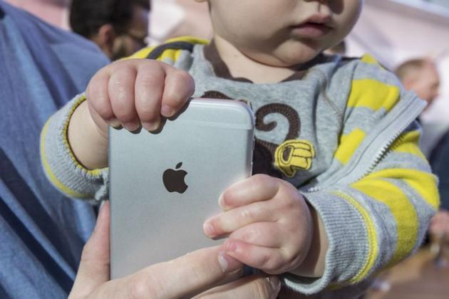 儿童紧握iPhone不松手(雅虎,David Paul Morris)