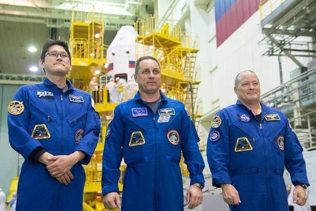 图中左一为日本航天局宇航员金井宣茂,中间为俄罗斯联邦航天局宇航员安东·什卡普列罗夫(Anton Shkaplerov),右一为NASA宇航员斯科特·丁格尔(Scott Tingle)。