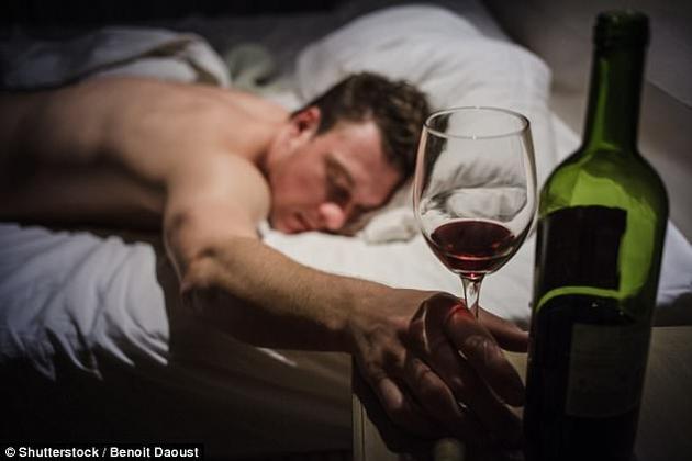 酒精可帮助你快速入睡,但会降低睡眠质量。