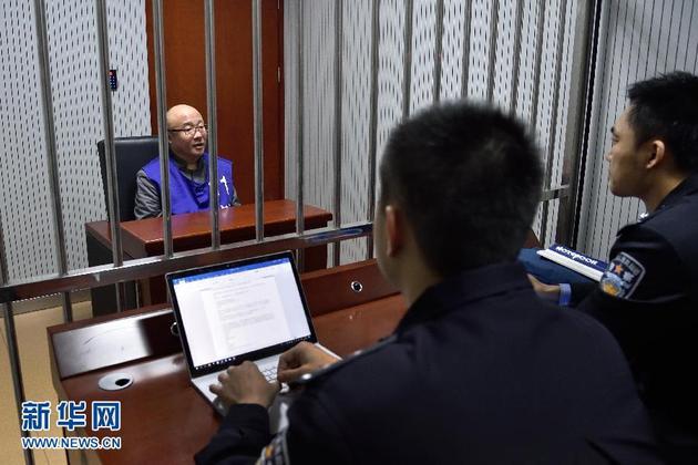 """张小雷在接受警方审讯(1月14日摄)。 2017年12月26日,钱宝网实际控制人张小雷来到南京市公安局写下一纸声明,向警方投案自首。他从无法填补的巨大庞氏骗局中解脱了,却把追随他的""""宝粉""""们推向了深渊。据悉,在钱宝网声名显赫时,张小雷曾多次与""""宝粉""""聚餐,并将此称为""""雷的盛宴""""。如今""""盛宴""""黯然落幕,露出背后狰狞的真面目。新华社发(南京市公安局供图)"""