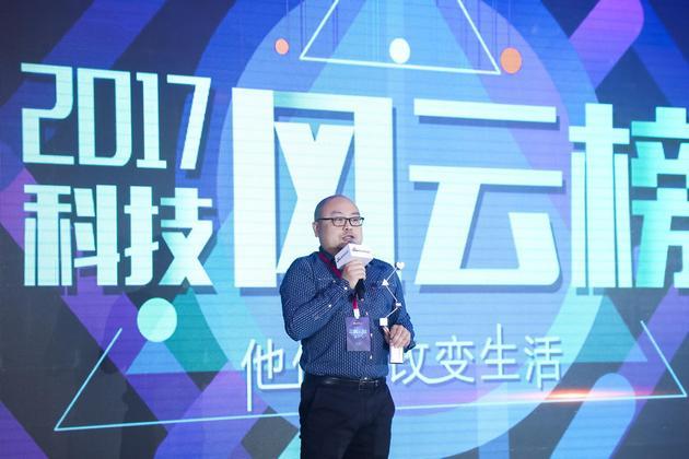 OPPO公关部(北京)负责人刘铁领奖。
