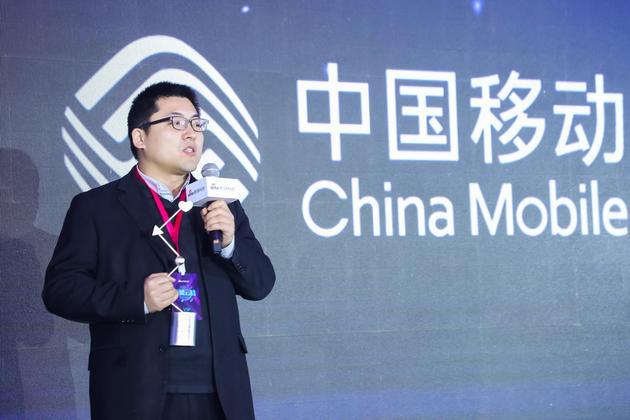 中国移动获2017科技风云榜年度最佳5G研发运营商,中国移动新闻中心副处长吕林发表获奖感言。