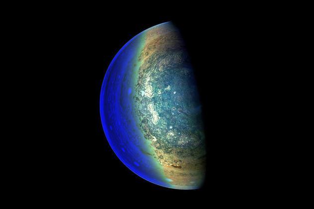 五彩斑斓:朱诺号探测器拍摄木星南极上空美丽云团