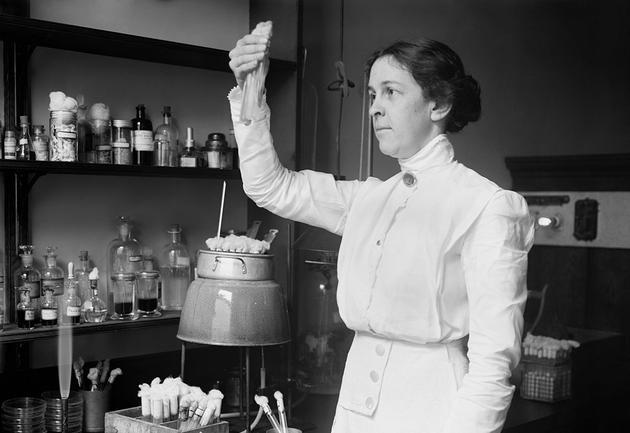 STEM领域本科生中女性占57%,但是她们在不同领域却存在较大差异。女性本科学历主要是生活和社会科学领域,但在计算机科学和工程领域的本科生人数仅占不到20%,这种性别的差异性持续保持了几十年时间。