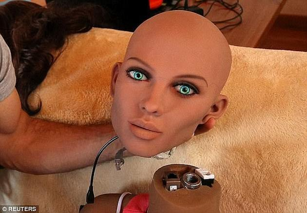 桑托斯表示,这并不是设计能够自己生育的机器人,而是将机器人的特征与人类父母的特点和信仰结合在一起。